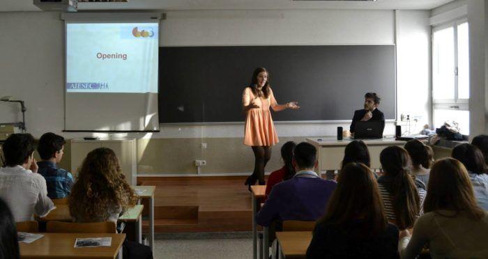 Iulia Sacalas en una charla sobre liderazgo